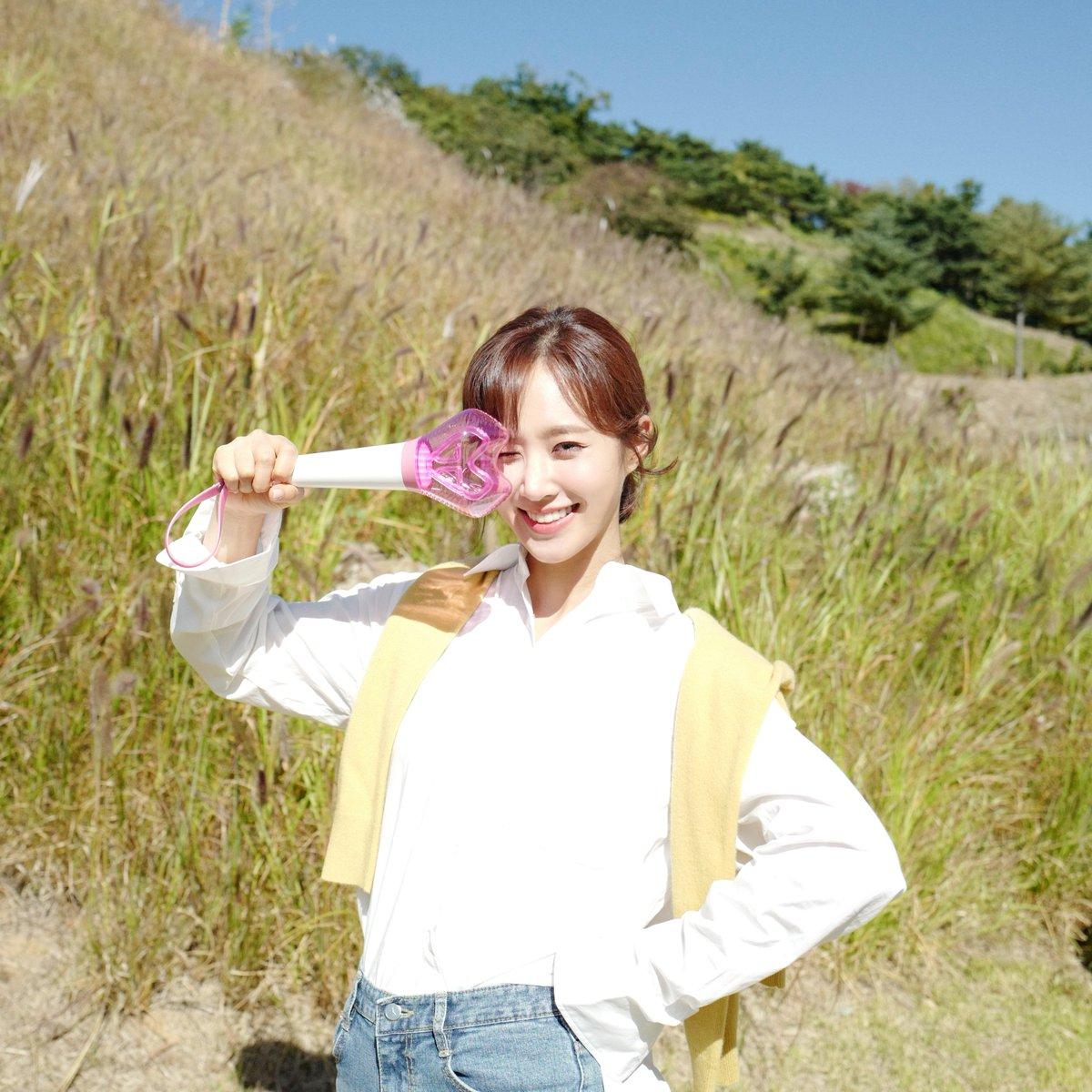 가을 하늘만큼 맑고 화창한 미소와 함께 소녀시대 응원봉을 든 유리의 모습 보면서 오늘도 힘내세요!💖  #유리 #YURI #소녀시대 #GirlsGeneration