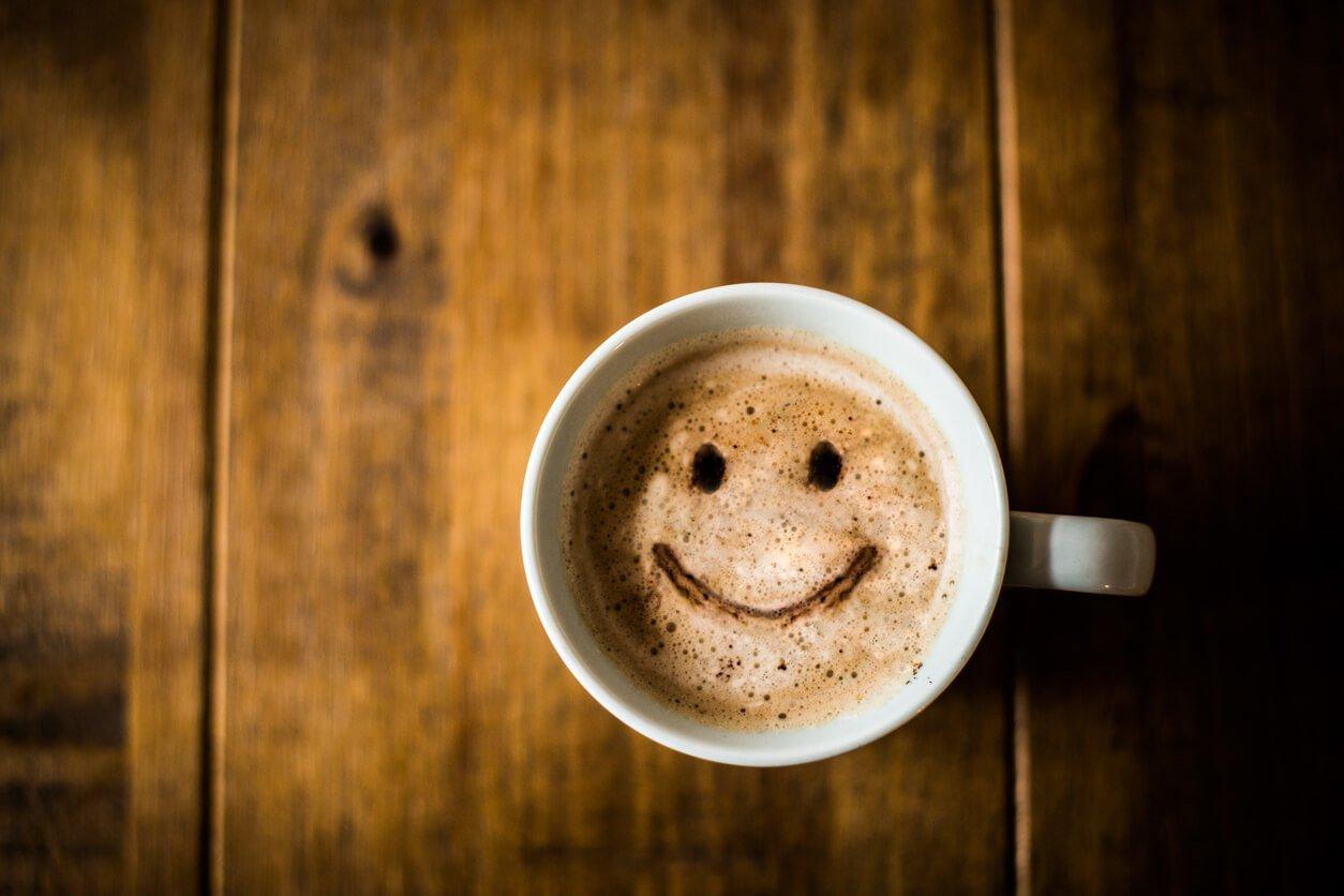 Картинка чашечка кофе с улыбкой, надписью моя