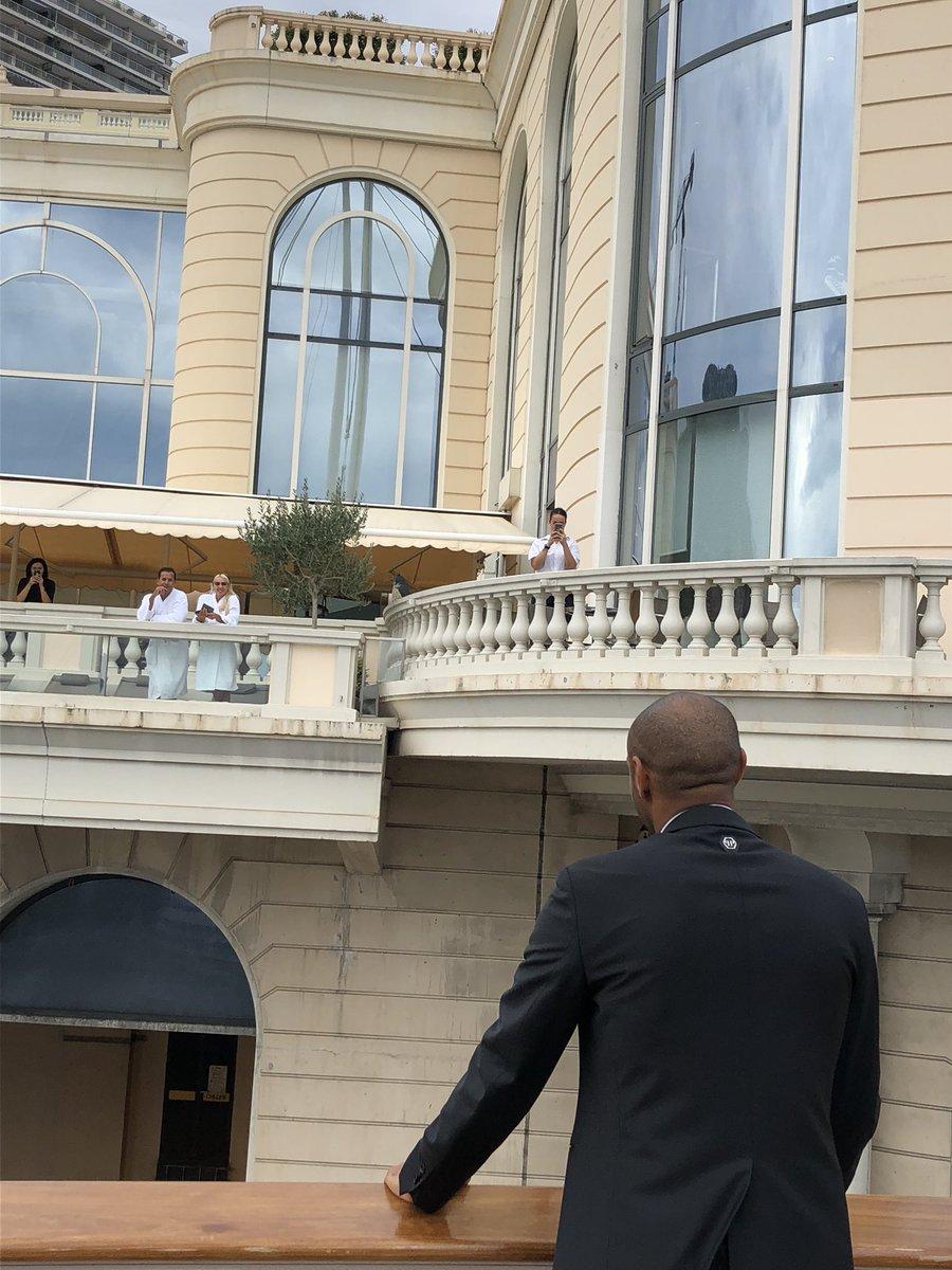 L'instant mythique. Thierry Henry, présenté à la presse, échange avec Ali Benarbia, en peignoir, qui fait sa petite thalasso tranquille. #VisMaVieAMonaco ⚽️🇲🇨😁