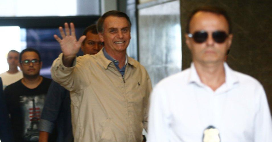 Candidato do PSL ao Planalto | Estamos com uma 'mão na faixa', diz Bolsonaro em visita à PF no Rio https://t.co/TbNwjElh2E