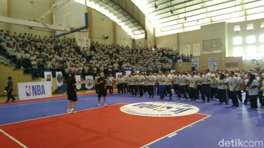 Pelatih NBA Tularkan Ketrampilan kepada Guru-guru di Semarang https://t.co/76bKdhzzcL via @detiksport https://t.co/YA2SwTzzNl
