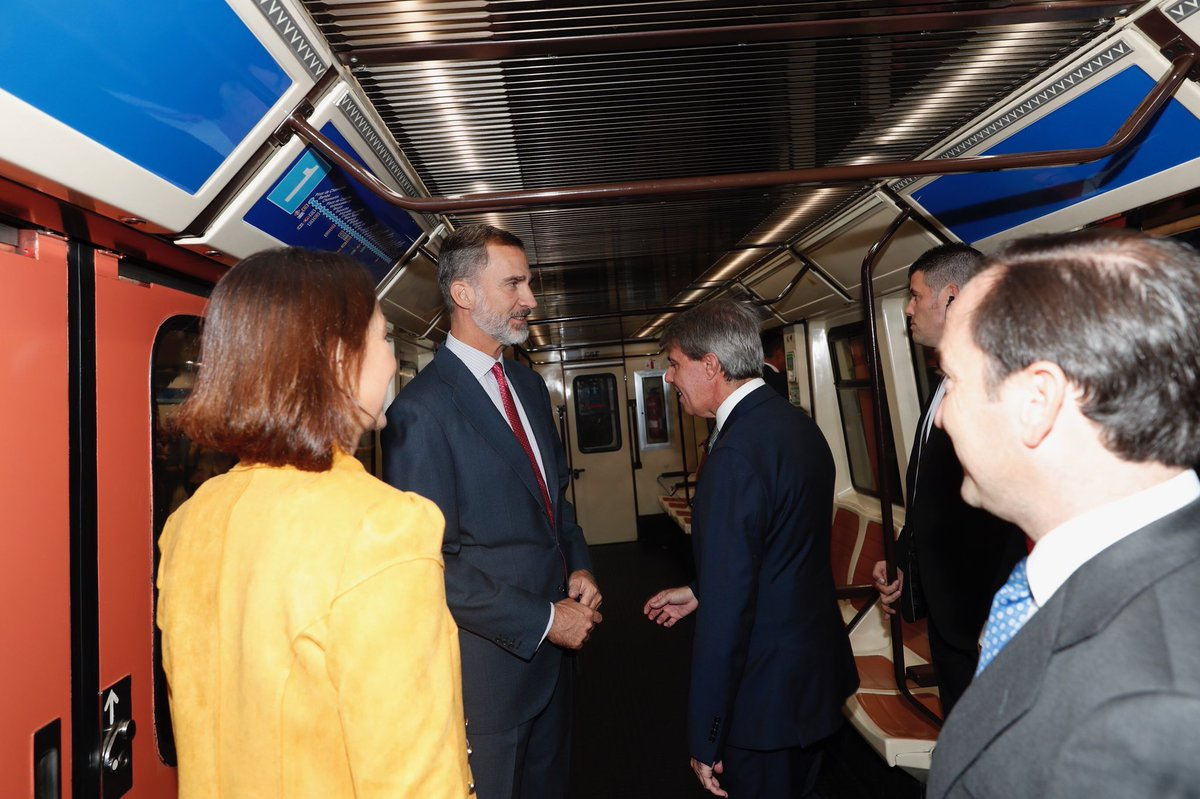 Cómo conseguir que el Rey vaya en un vagón vacío de Metro en dos imágenes.