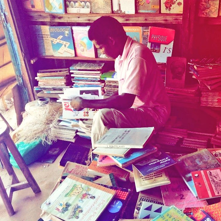 Pleins de souvenirs resurgissent à chaque fois que je passe le voir. Lui, c'est le gentil tonton qui sait, comme par magie, les livres que nous aimons forcément.  #Livres #Parterres #Books #ziguinchor #Casamance #Sénégal