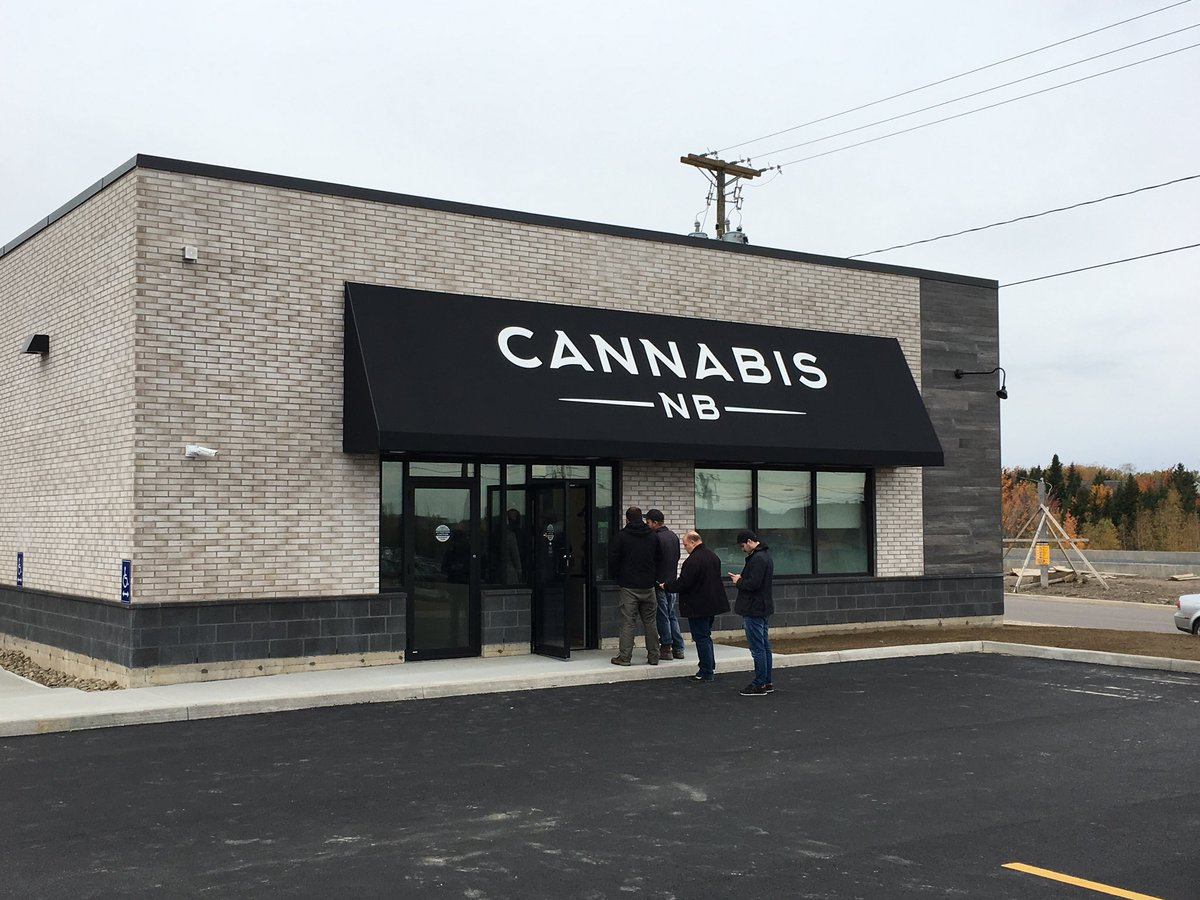 Cannabis NB on Fredericton's Woodside Lane opened earlier than scheduled this morning. Between 35 and 40 people are allowed on the retail floor at one time. One tip from people who've left the store already: Bring your ID @CTVAtlantic #CannabisCanada<br>http://pic.twitter.com/M1rRkQUuFT