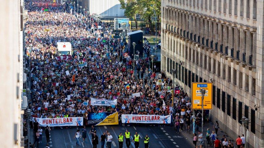 Demonstration #unteilbar: IstSchwarz-Rot-Gold okay? https://t.co/36l1S9oT7a