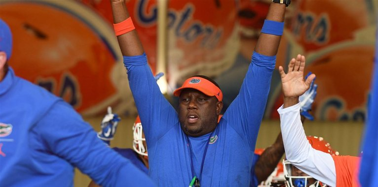 With the #Gators off this week, assistant Larry Scott is set to visit a powerhouse high school program (VIP)  https:// 247sports.com/college/florid a/Article/Florida-Gators-football-recruiting-UF-assistant-set-to-visit-top-recruiting-targets--123436896/ &nbsp; …  via @247Sports<br>http://pic.twitter.com/uDsnDH3miY