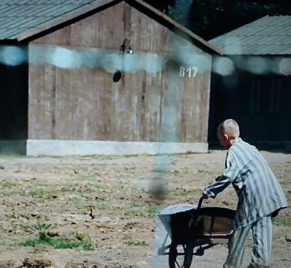 Vejam o número da cabana do campo de concentração no filme O Menino do Pijama Listrado