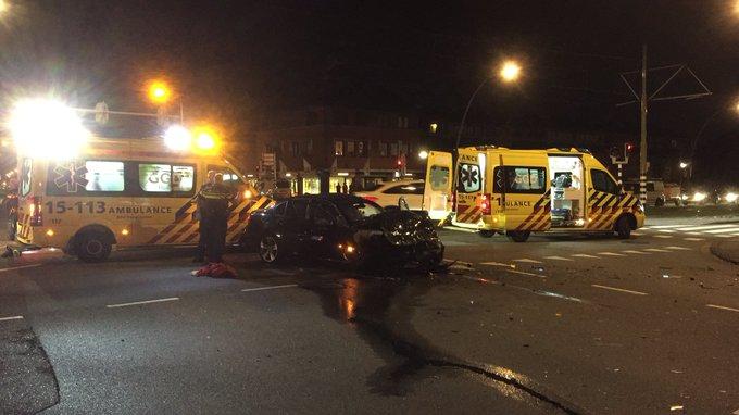 Flinke klapper op de Laan van Wateringse Veld/Oosteinde tussen twee voertuigen. Twee gewonden https://t.co/G5nn7LdeRr