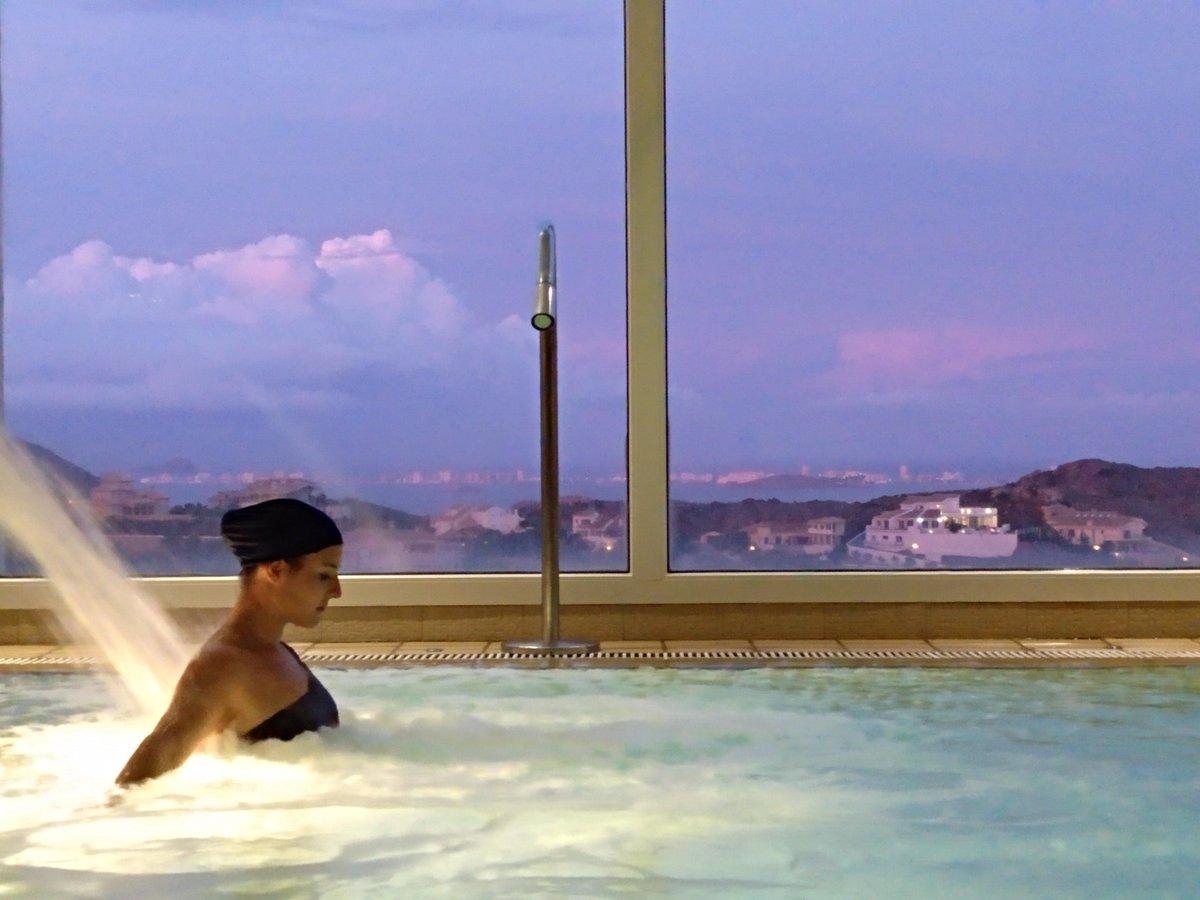 💆♀️Además de relajante el spa de nuestro Wellness Centre tiene las mejores vistas. ¡No se nos ocurre mejor forma de terminar el día! #atardecer #spa #lamangaclub #rinconesLMC