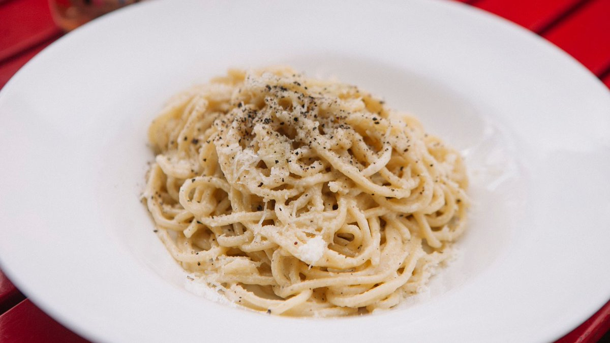 How to master cacio e pepe, the deceptively difficult paragon of pasta trib.al/SOAO4Ia #NationalPastaDay