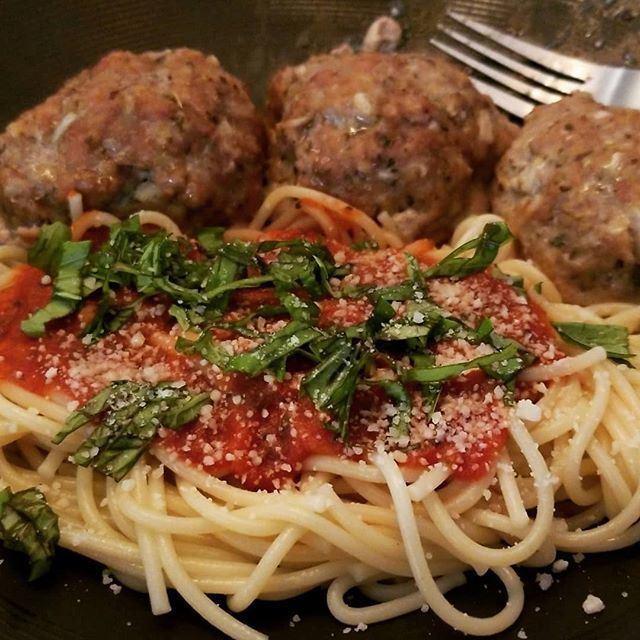 Spaghetti with homemade tomato sauce and Italian meatballs #foodporn #homecooking #dadlife https://t.co/Bd5jP56T1c https://t.co/EP140VBoGU