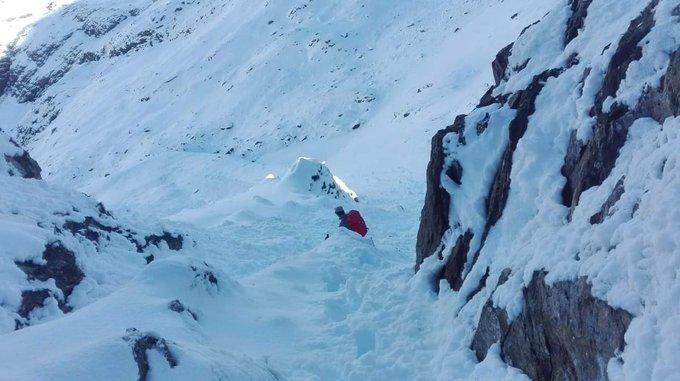 Fotos ayer del GR 11, paso entre los collados de Infiernos a Tebarray. Unos 30 cm de nieve reportaron. Fotos Francisco y Eloy (via Ref. Bachimaña)