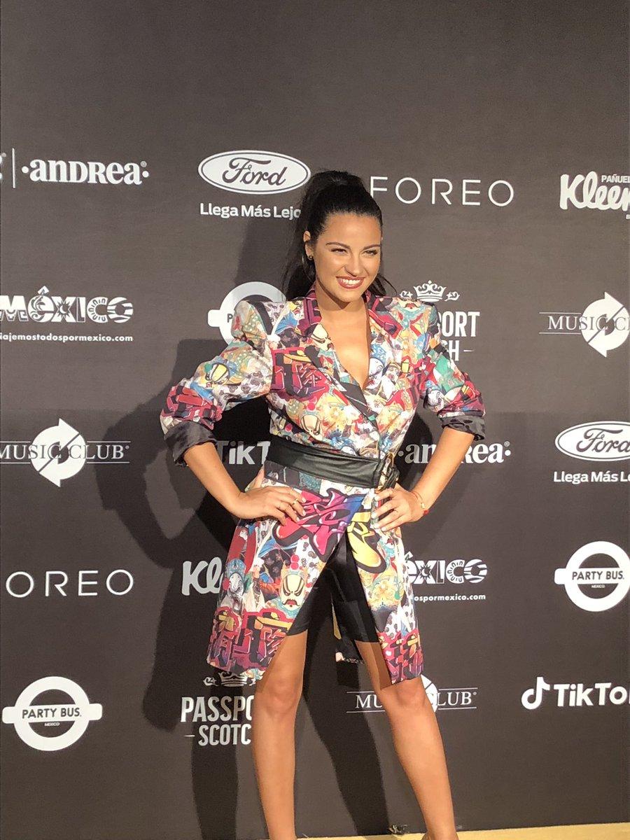 ¡@MaiteOficial lleva con un look súper colorido a los #EliotAwards!  😍😍