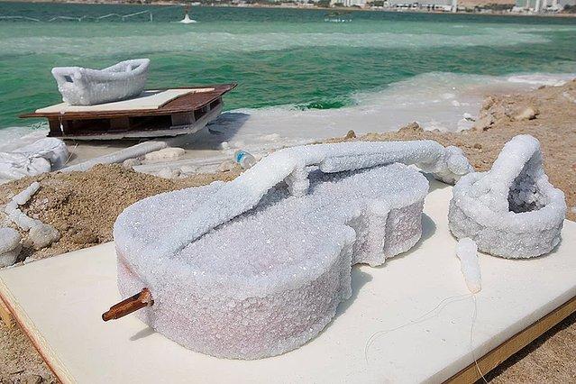 死海の威力すごすぎるwwあんなモノまで塩の結晶に覆われてるよww