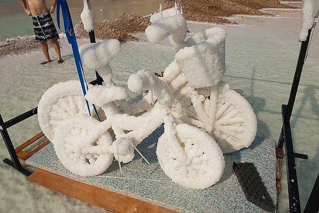 【不思議】「死海」に沈められ塩の結晶となったモノたち<br><br><br>塩分濃度が高すぎることで有名な「死海」。撮影のため沈められた自転車やバイオリンは、どれも分厚い塩の層に覆われていてる。