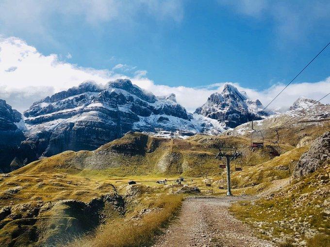 Así de bonito dejó el paisaje las primeras nevadas del otro día. ¿Quién está afilando ya los esquís? 🙋🏻♂️ 🔜🎿  #desdelaTuca #primerasnevadas #llegaelinvierno #candanchú