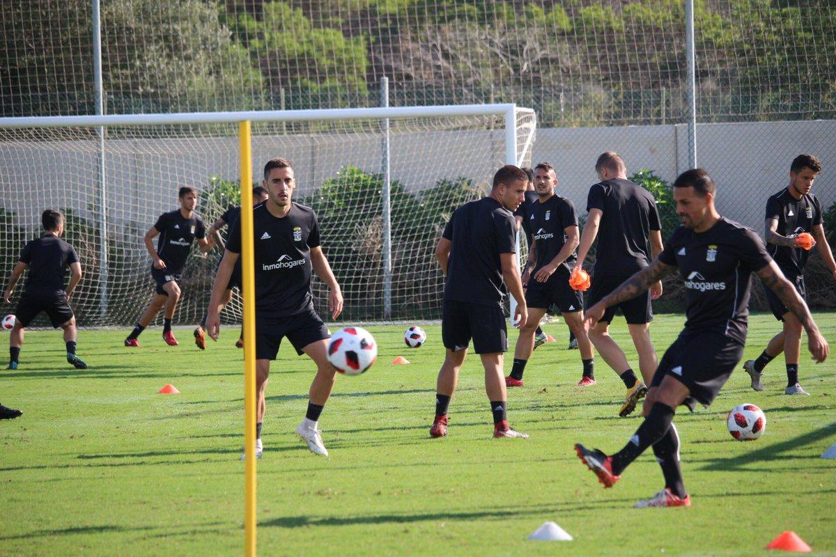 📸 ¡A trabajar equipo! La plantilla se ejercita en estos momentos en @LaMangaClub preparando el partido del domingo en Sevilla #SevillaAtCartagena 💪⚽️