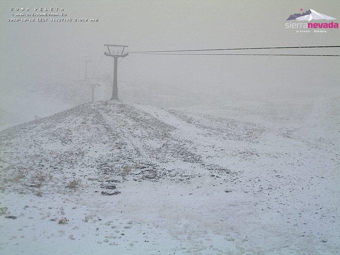 Nevando en #SierraNevada!!! 🤗❄️❄️ Cota de #nieve rondando los  2.500msnm ❄️⛷️🏂 #GotaFria #ganasdenieve #winteriscoming