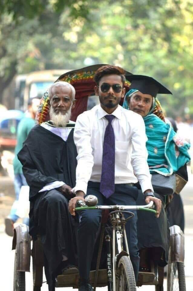 Beautiful- This is an engineering graduate , Hisamuddin Khan who's father is a rickshaw puller. Back from convocation he drives his parents home 🙏🏼