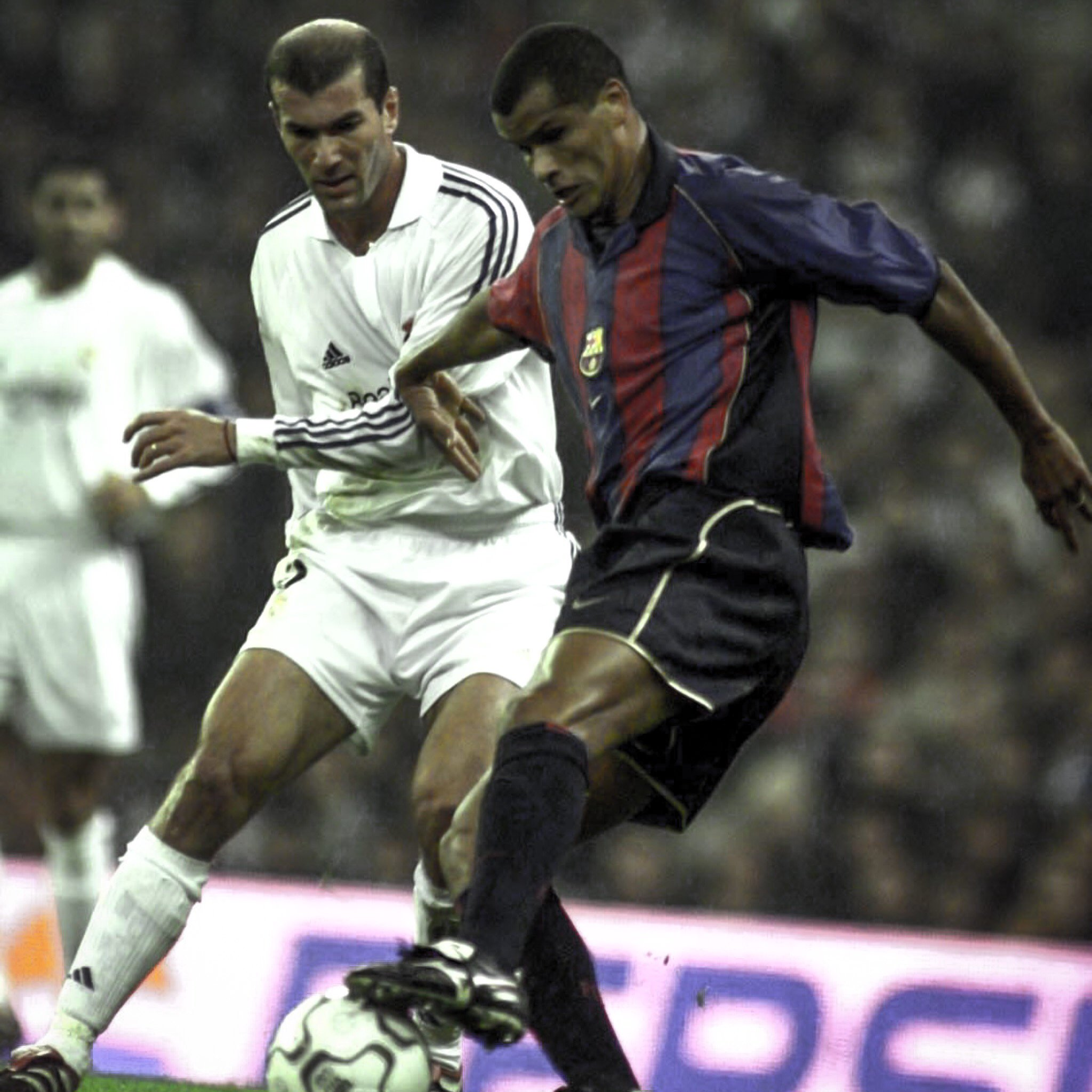 You have a last-minute free-kick to win the game ...  ... Zidane or Rivaldo? ������  #UCL  #ThrowbackThursday https://t.co/OLWgiQPTrU