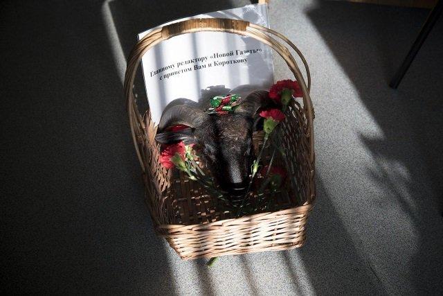 К редакции «Новой газеты» подбросили корзину с отрезанной головой барана и запиской с угрозами. Вчера журналистам подбросили похоронный венок. Фото: Анна Артемьева / «Новая газета»