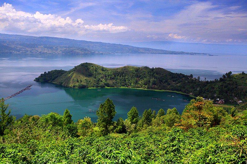 Pulau Samosir berada di Sumatera Utara dan sangat unik karena letaknya tepat di tengah Danau Toba. Pulau ini menawarkan panorama yang cantik serta air danau yang jernih dan tenang. Suasananya damai, dan sejuk. http://bit.ly/SamosirToba  #PesonaWisataDanauToba