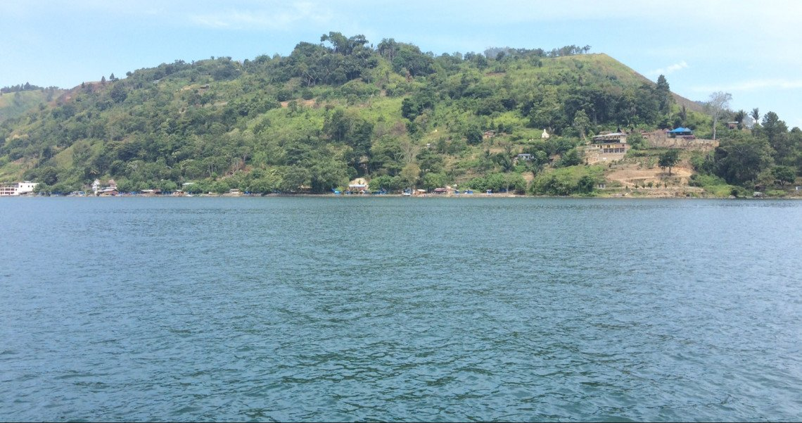 Pulau Samosir terbentuk setelah terjadinya erupsi vulkanis sekitar 75 ribu tahun silam. Berada disini kita selalu disuguhi pemandangan indah Danau Toba dan alam di sekelilingnya yang mempesona. http://bit.ly/SamosirToba  #PesonaWisataDanauToba