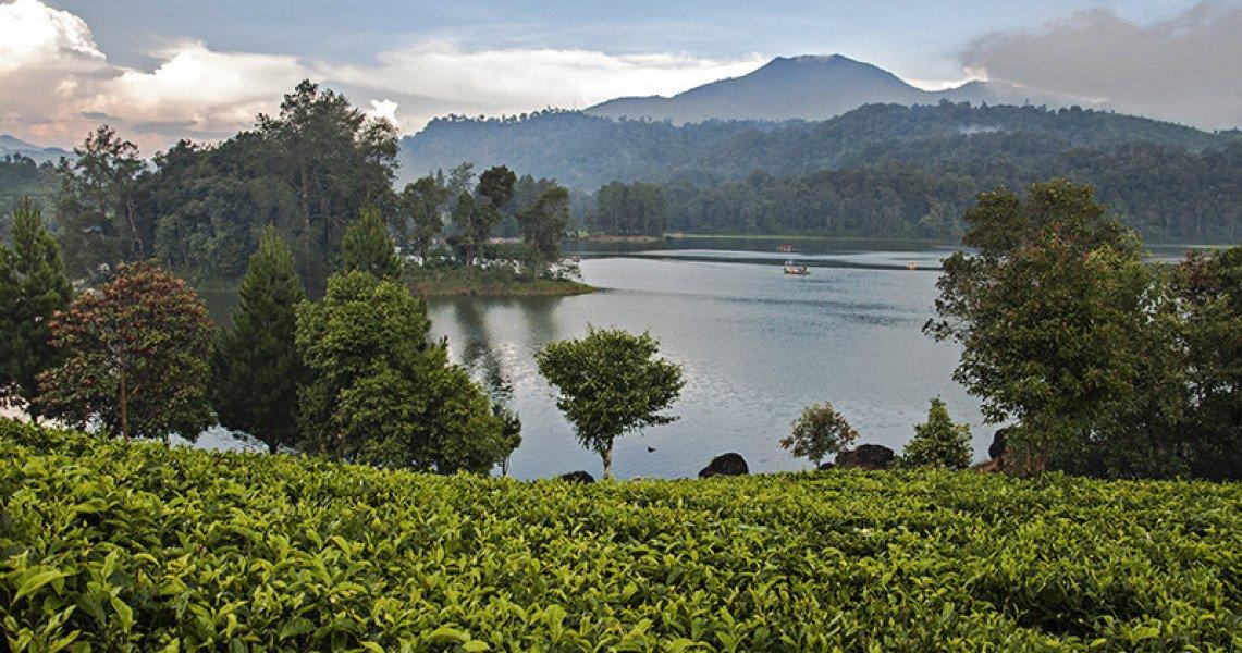 Situs Patenggang Bandung ini menyimpan cerita romantisnya cinta antara Ki Santang dengan Dewi Rengganis. Begini kisah cinta mereka. http://bit.ly/DanauCintaAbadi  #pesonaWisataBandung