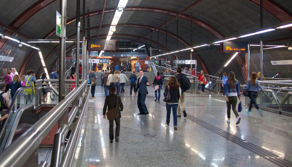 El rey sigue en el metro al confundirse en un transbordo y quedar atrapado https://t.co/g9oal7FRny