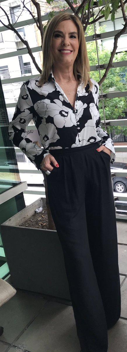 Maria Belen Aramburu On Twitter Look Pantalones Anchos Negros Y Camisa Floreada Blanca Y Negra De Instagram Reinaerestu Para C5n