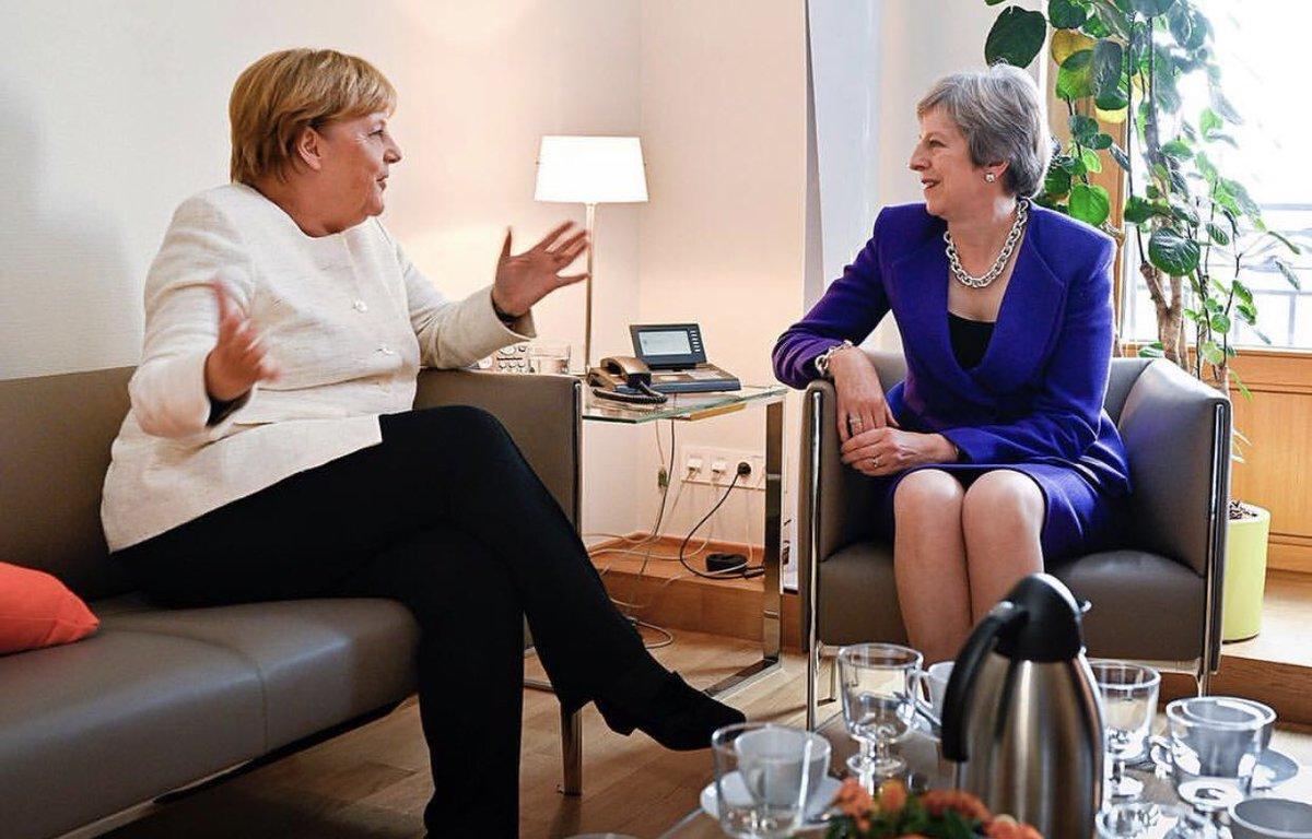 «О своем, о девичьем»: Мэй и Меркель обсуждают что-то очень геополитическое