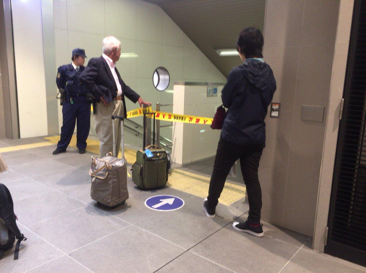 泉ヶ丘駅に爆破予告があり警察が調べている現場の画像