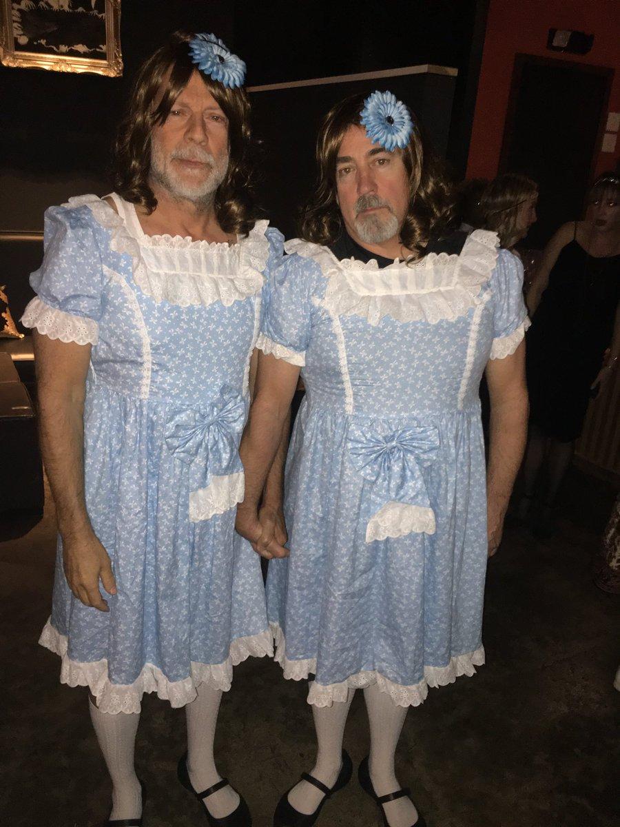 ハロウィンの仮装でブルースウィリスが友人のプロデューサーさんのステファンさんと【シャイニング】の双子のコスプレしてるやつなんだけど、場所がシャマラン監督主催のハロウィンパーティでサミュエル・L・ジャクソンが撮ったっていう情報が渋滞してるのほんと好き