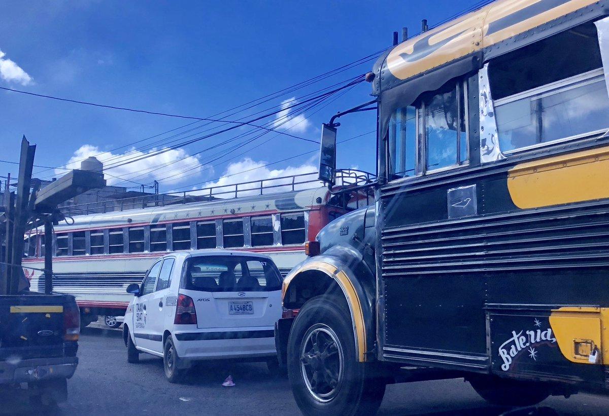 Bus choca a taxi en Calle Corona, el @traficogt esta detenido porque no hay presencia de @PMT_VILLANUEVA , urge ayuda. @SantosDalia