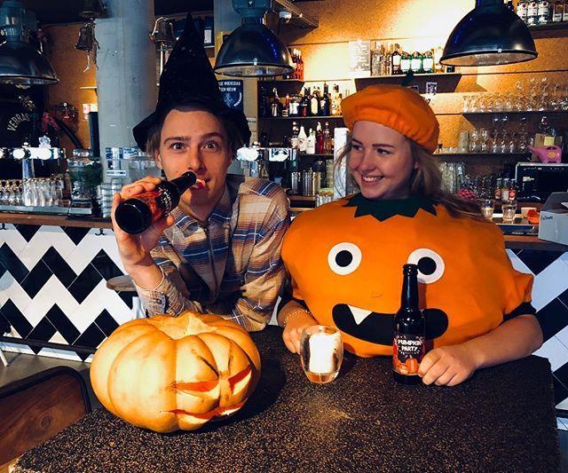 Hé, dat ziet er uit als een Halloween Pumkin Party! Kom jij vanavond ook in je pompoenenpak? #halloween #lekkerbiertje #verkleedfeest #komook #alsspook #cafefest