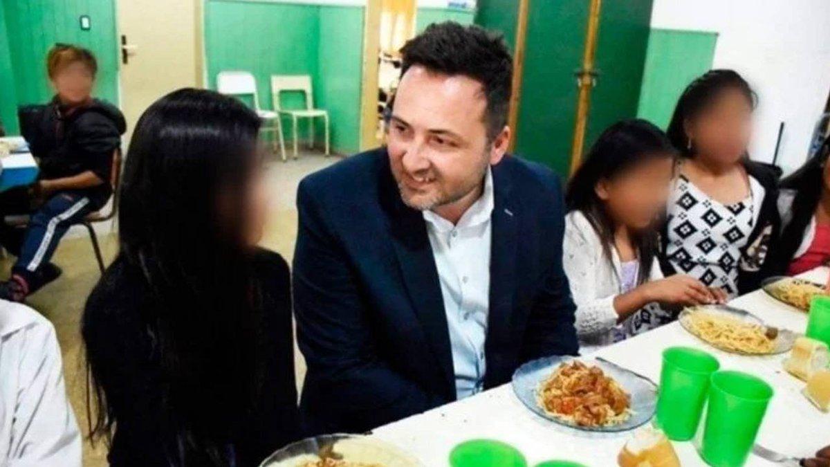 Indignación en las redes | Polémica por la foto de un intendente comiendo en un colegio