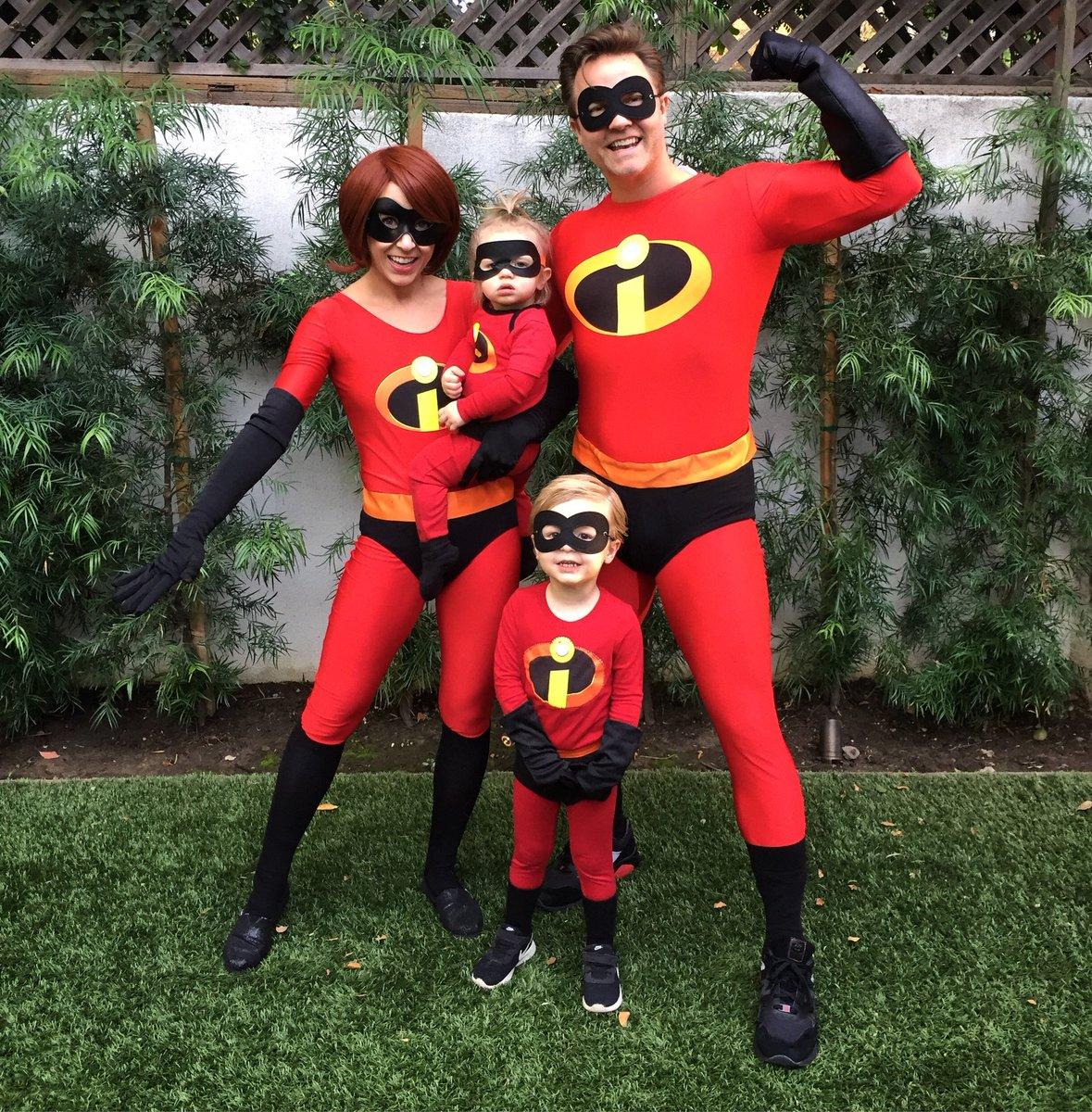 The Incredibles. Super rare theme this year, folks. #HappyHalloween  #WeLeftVioletAtHome https://t.co/xSEjPntch1