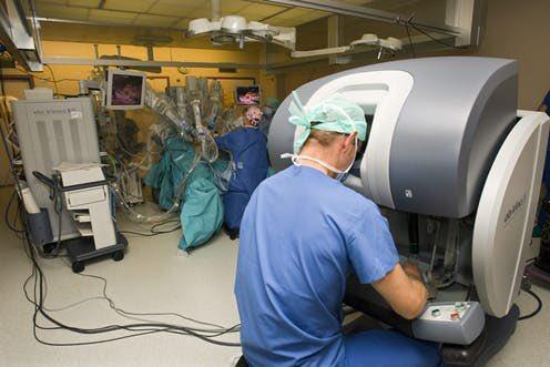 جراحات الرجل الآلي ( الروبوت) هي من التقنيات المتقدمة في مجال الجراحة.  ومن المفاهيم الخاطئة هو بأن الرجل الآلي هو من يقوم بالقرارات الجراحية بينما هو أداة يتحكم بها الجراح لتماثل تحركاته ولكن بدقة وحرية عالية تنعكس على نتائج الجراحة  #جراحة_الرجل_الآلي #RoboticSurgery