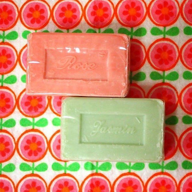 test ツイッターメディア - ダイソーで見た目が可愛くて買った石鹸。 サボン・ド・マルセイユというちゃんとした石鹸でした。 #ダイソー #サボンドマルセイユ  #ジャケ買いは正義 https://t.co/ahikaJuae2 https://t.co/MrI0bYRt66