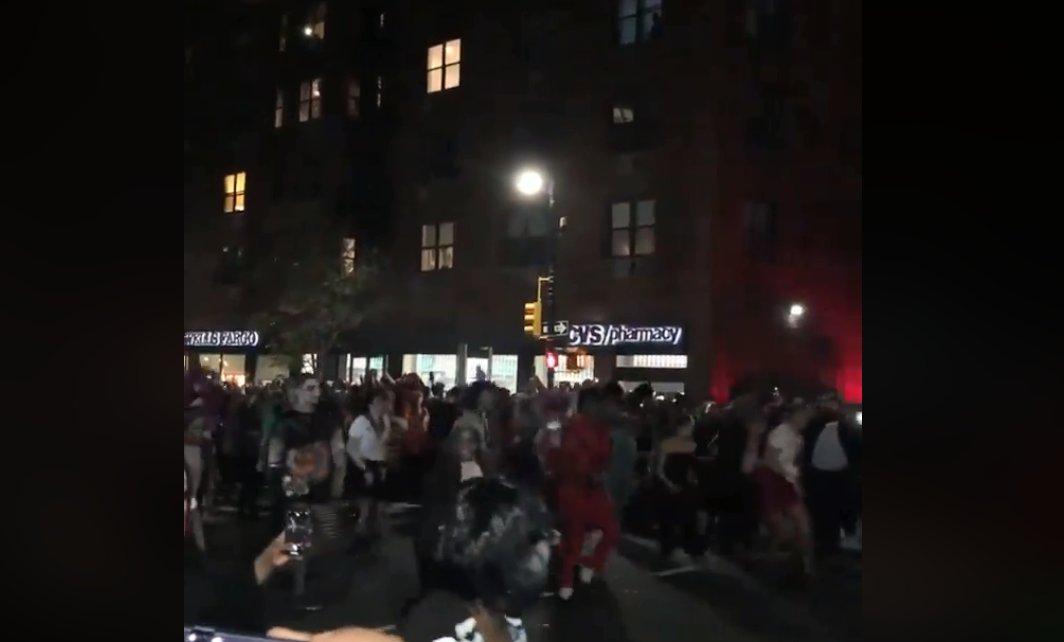 #Virales: Con mega coreo de Thriller celebraron #Halloween en New York (Video) https://t.co/bahPLcFvcX https://t.co/ZfXyPrkwBq