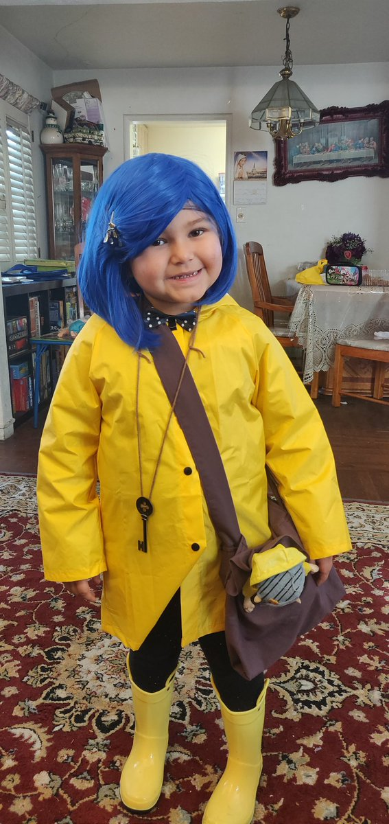 @neilhimself @LAIKAStudios my daughters favorite movie Is coraline. This was her Halloween costume :) <br>http://pic.twitter.com/0mNLFIgBOi