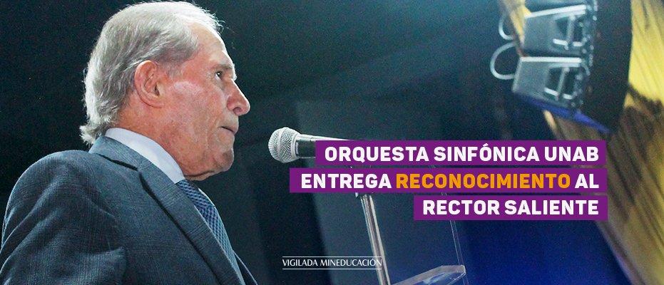 Orquesta Sinfónica UNAB entrega reconocimiento al rector