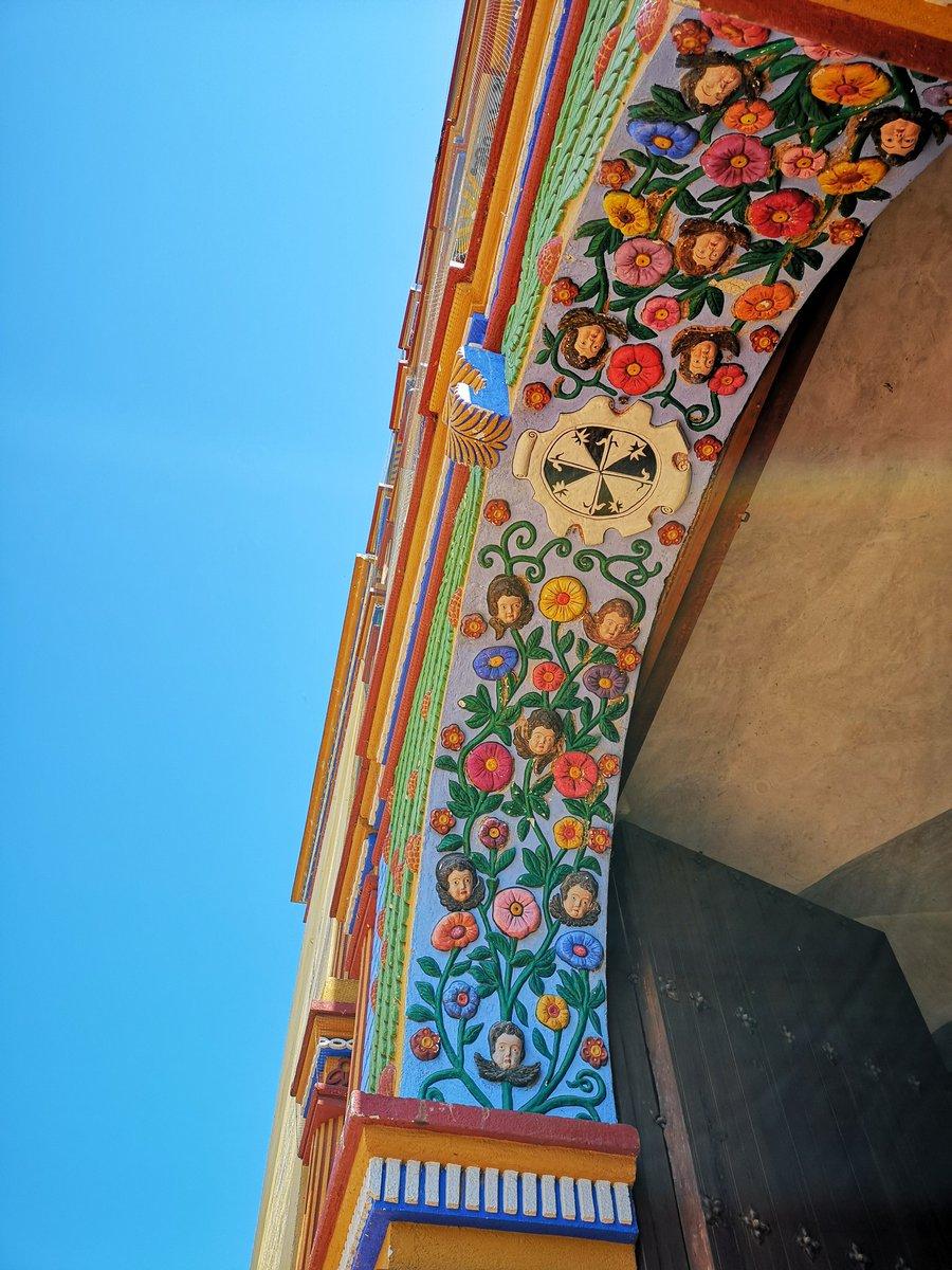 La fachada está adornada con flores.