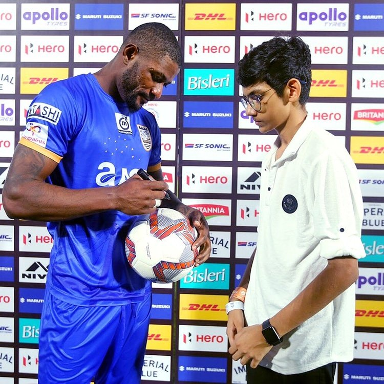 Getting an autographed ball ⚽ by the hero of the match = #FanBannaPadega moment for this young Islander! 😍 #MUMPUN #MahaDerby #ApunKaTeam 🔵