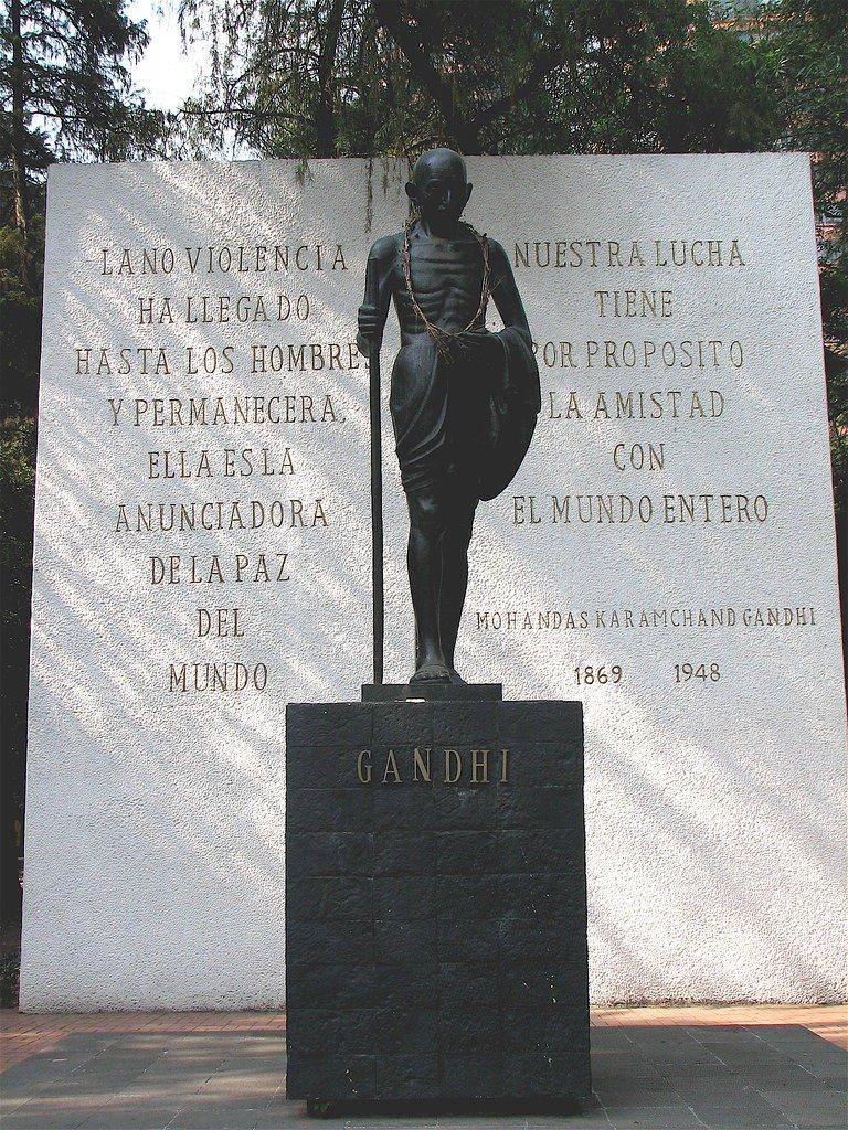 Mahatma Gandhi es una figura venerada en México. Incluso una prominente avenida de la Ciudad de México lleva su nombre, la cual también está adornada con su estatua. #Gandhi150