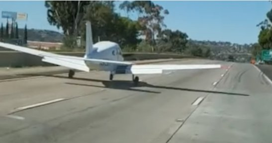 #Californie : après une panne moteur, un avion de tourisme se pose sur l'autoroute https://t.co/9TtjG8jlG1