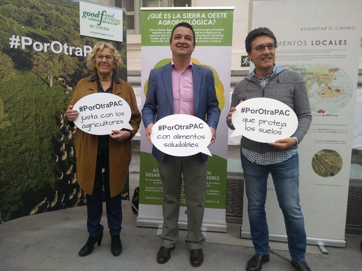 Pleno :) @fmartinezarroyo @f_miranda_s y @ManuelaCarmena se fotografían #PoraotraPAC y en apoyo de la #ganaderíaextensiva. Ahora ¡manos a la obra! #GoodFoodGoodFarming
