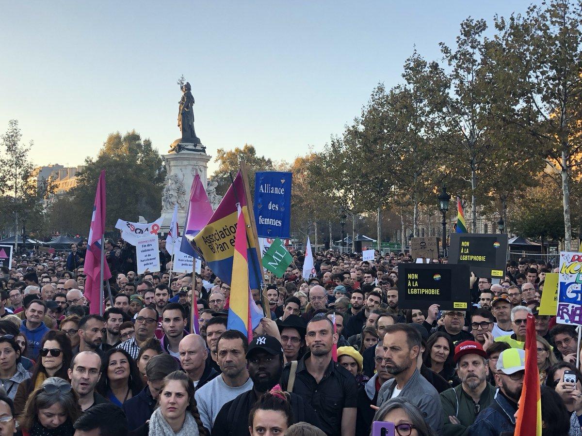 Mobilisation impressionnante contre les #LGBTphobies Place de la République à Paris. La place est pleine à craquer, contre la haine. #VivreSansHaine #LibreEtVisible
