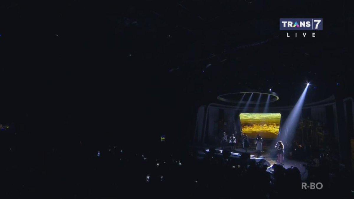 Ruth Sahanaya, Aura Kasih, Joy Tobing, dan Vicky Shu membuka Konser #UntukmuSultengdiTrans7 dengan lagu Ibu Pertiwi. https://t.co/EX7hEjWGZu