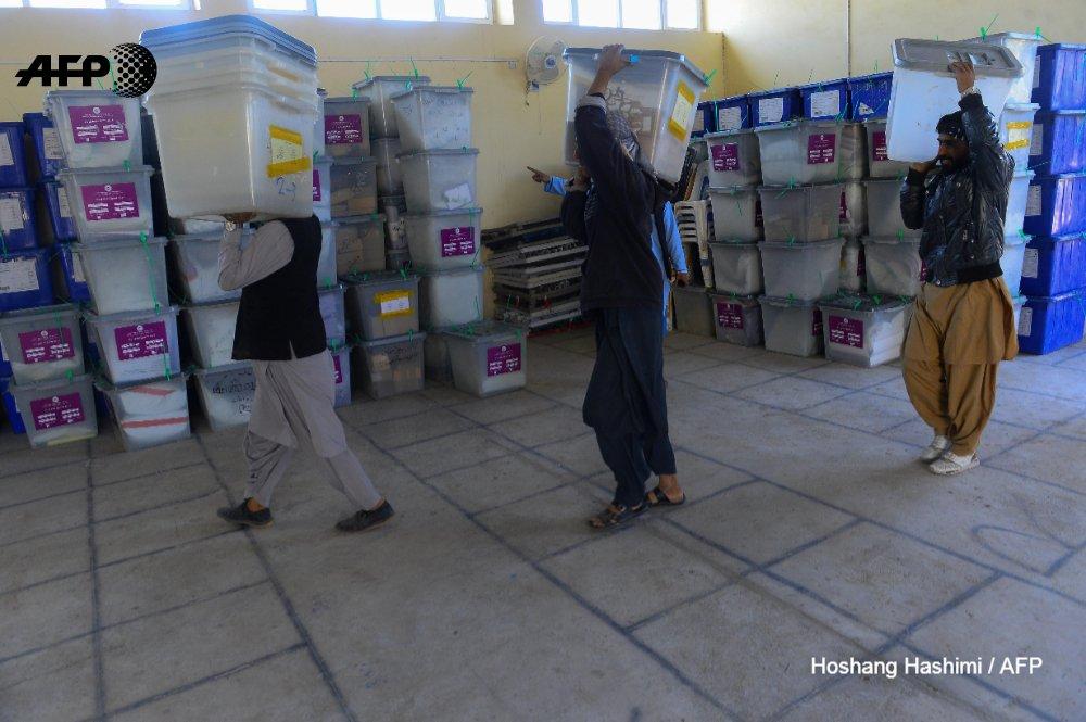 Los afganos se arriesgan a votar en la segunda jornada de legislativas #AFP  https://t.co/bNqXT4qpR4